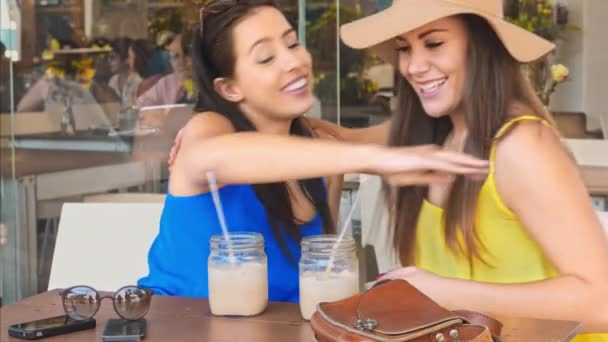 ženy pití organické koktejl v kavárně