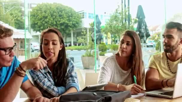 studenti mozek útok v kavárně, při použití technologie