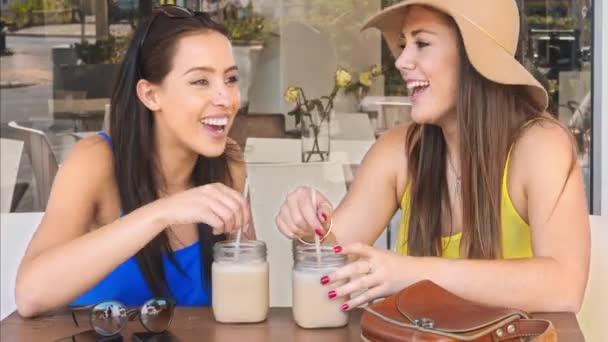 ženy těší organické smoothie v kavárně