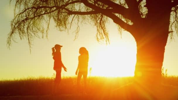 ženy chatování při východu slunce a právě začíná běžet