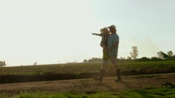 Hrdý otec ukazuje syna farma