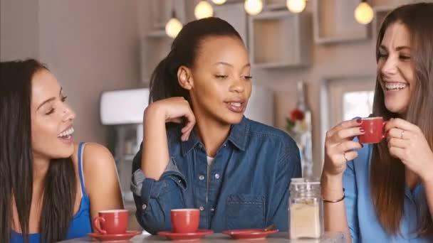 přátel a společně v kavárně