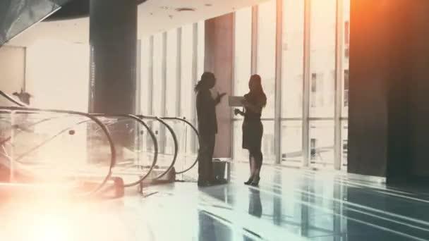 obchodní tým mluvit a chodit na schůzky