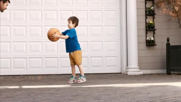 otec učí syna basketbalový