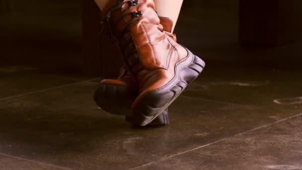 žena s červenou koženou obuv