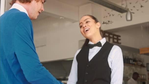 přívětivý zákazník číšník v restauraci