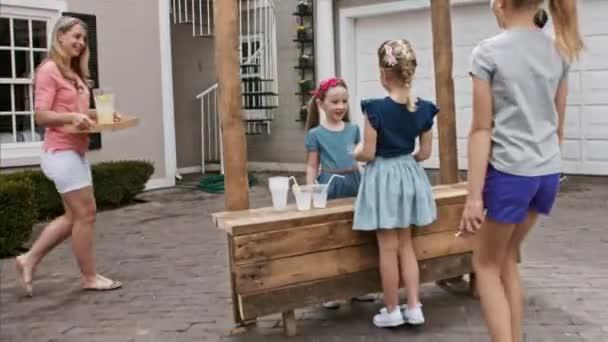 děti v linii a stále sloužil limonáda
