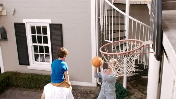 rodiče, kteří hrají basketbal se synem