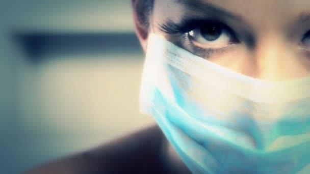 zdravotní sestra žena s chirurgickou masku ukazující její oči