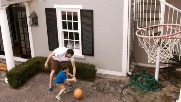 osvěžení limonádu po hraní basketbalu