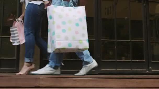 pár se nákupní tašky a drželi se za ruce