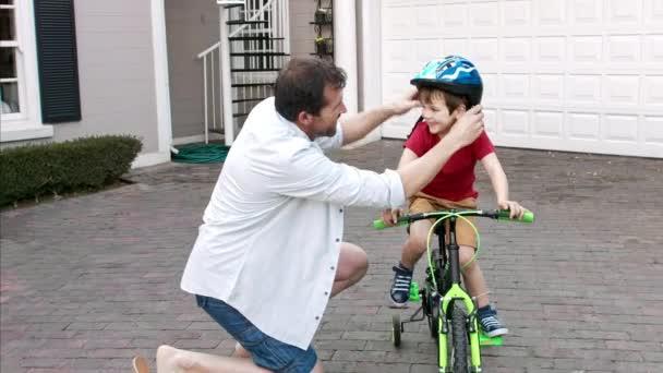 rodiče učí svého syna bezpečnostní