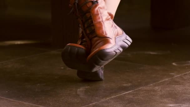 žena s chůzí s červenou koženou obuv