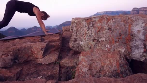 Žena jógy lékaře na vrcholu hory