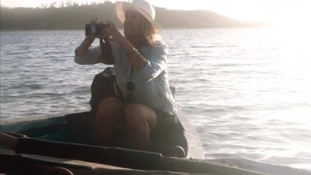 fotografia di presa turistica donna di tramonto