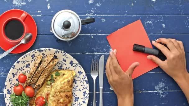 lánya előkészítése reggeli-omlett