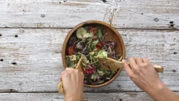 ženské ruce hodil salát