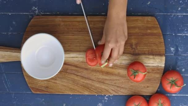 řezací spousty rajčat pro salát
