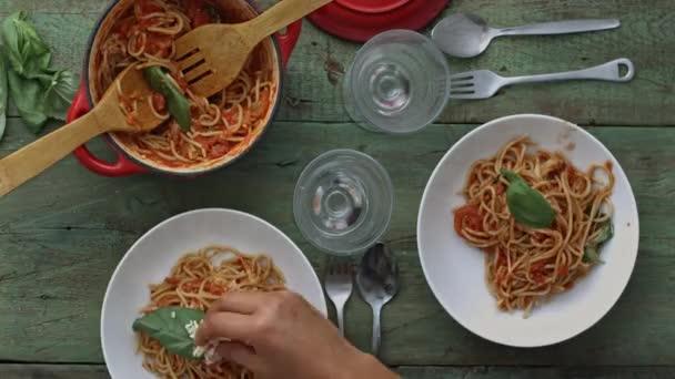 jídlo italské špagety s červeným vínem