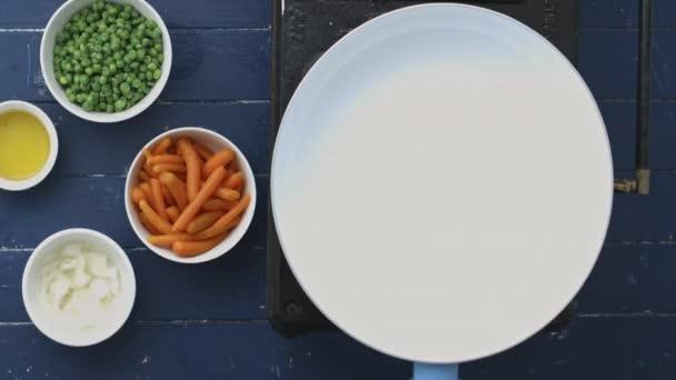 Příprava a pečení, cibule, hrášek a mrkev