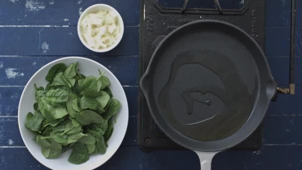 vaření baby špenát listy s cibulí