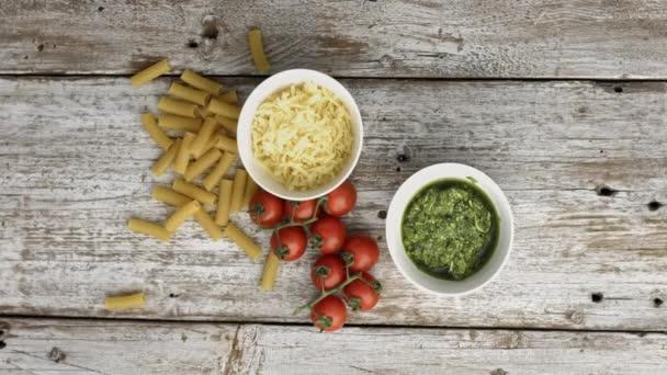 Příprava těstovin bazalkovým pestem