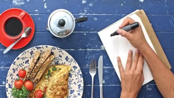ranní omeletu a psaní poznámek
