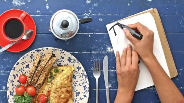 ranní omeletu a seznam úkolů
