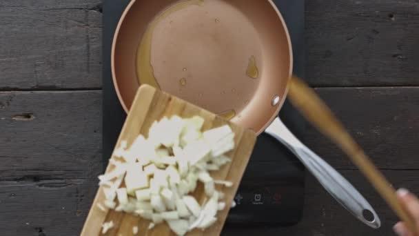 ruce, příprava smaženou cibulkou