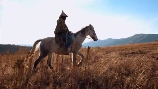 Starý muž moru koní