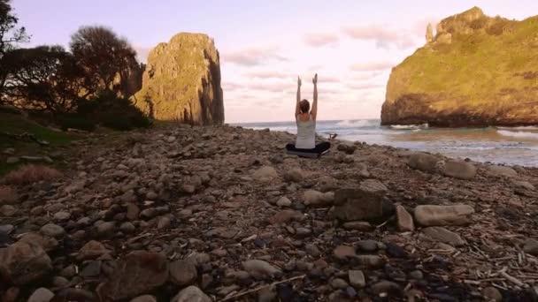 žena cvičit meditaci a představuje