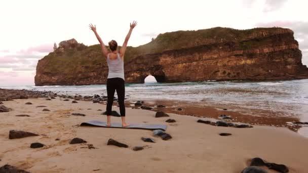 Ženské jógy lékaře na pláži
