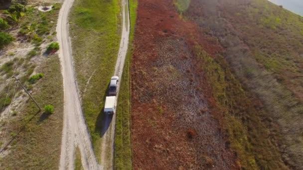 karavan na polní cestě