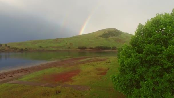 Africké horská krajina s rainbow