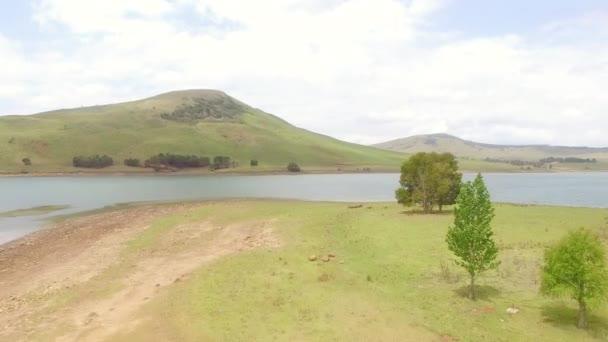 Africké horská krajina s jezerem