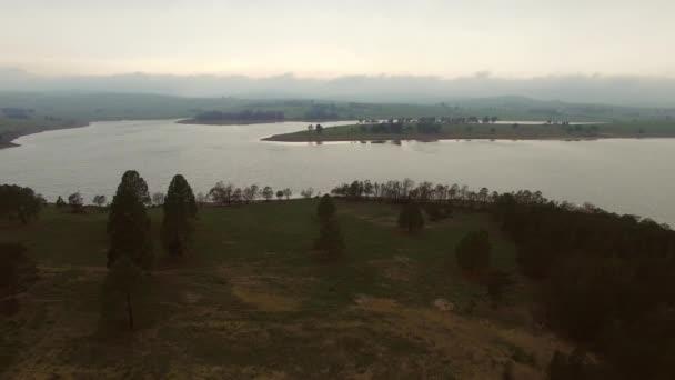 jezero a horské panorama při západu slunce