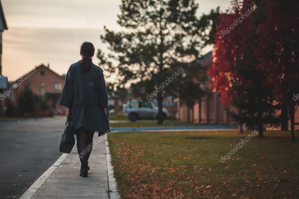 8999841e910 Фото со спины женщина. Молодая женщина в сером пальто
