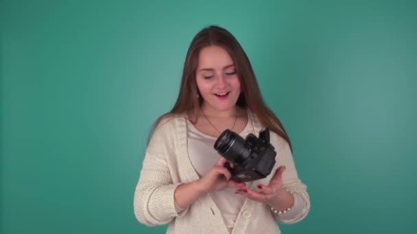 das Mädchen sieht die Kamera