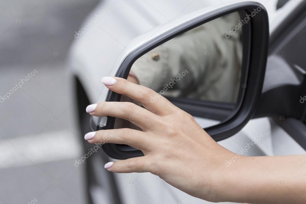 la chica en el espejo de coche ajusta — Fotos de Stock © sizrak64 ...