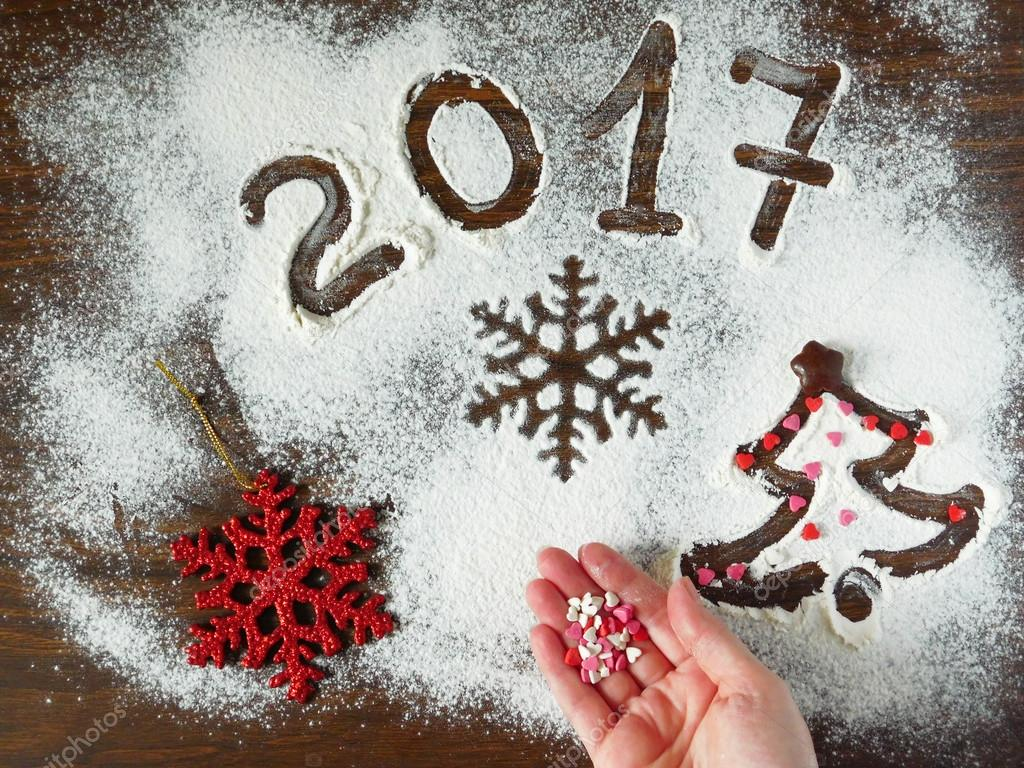 Neujahr-Zusammensetzung gemacht von Mehl und Weihnachtsdekorationen ...
