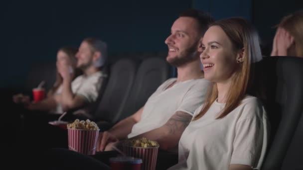 Kaukasisches Paar schaut Komödie im Kino.
