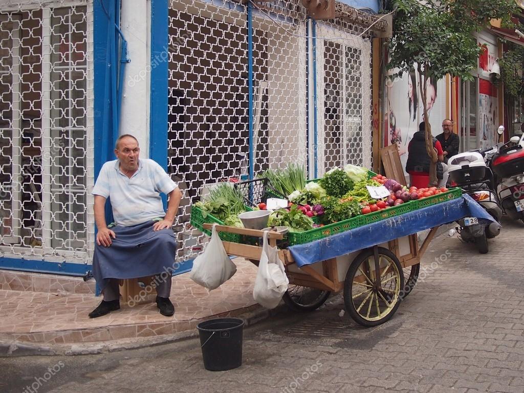 найти пожилой мужчина продает ягоды фото картинки этой статьи узнаете