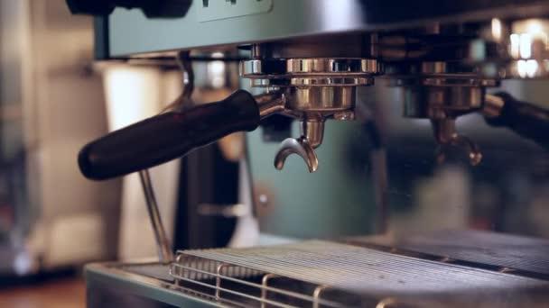 Příprava šálku kávy v kavárně