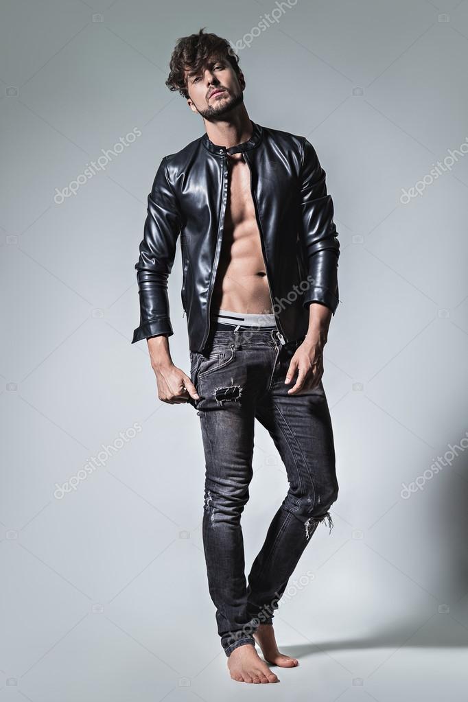 Uomo con giacca di pelle