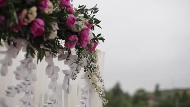 Krásné místo pro svatby a obřady. Svatební koncept. Dekorace Svatební hostina. Interiér sálu svatební dekorace k questy