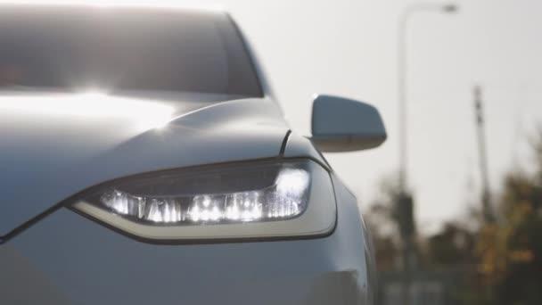 Auto přední LED světlo s rozmazaným pozadím a pěknou barvou. Světlomety aut blikají Led Lampa. Auto se světlometem hladce bliká