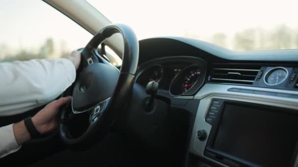 Nahaufnahme der männlichen Fahrer Hände am Lenkrad Auto fahren über das Sommerlicht. Der Mensch fährt Nanofahrzeuge. Auto transport. Navigieren. Geschäftsmann allein unterwegs