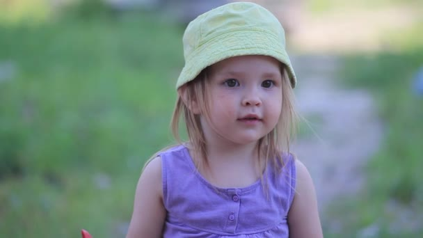 Porträt eines kleinen lächelnden Mädchens mit grüner Mütze