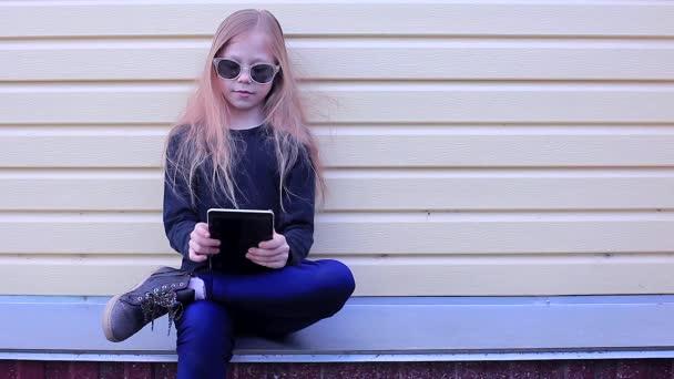 Szőke lány ül a tabletta napszemüveg