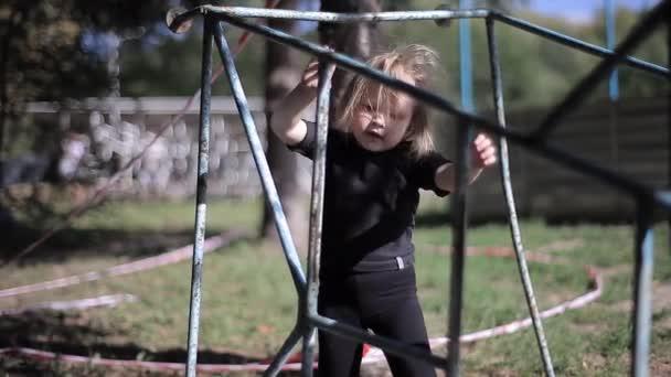 Aktív egészséges kislány hegymászás sport struktúrák a parkban
